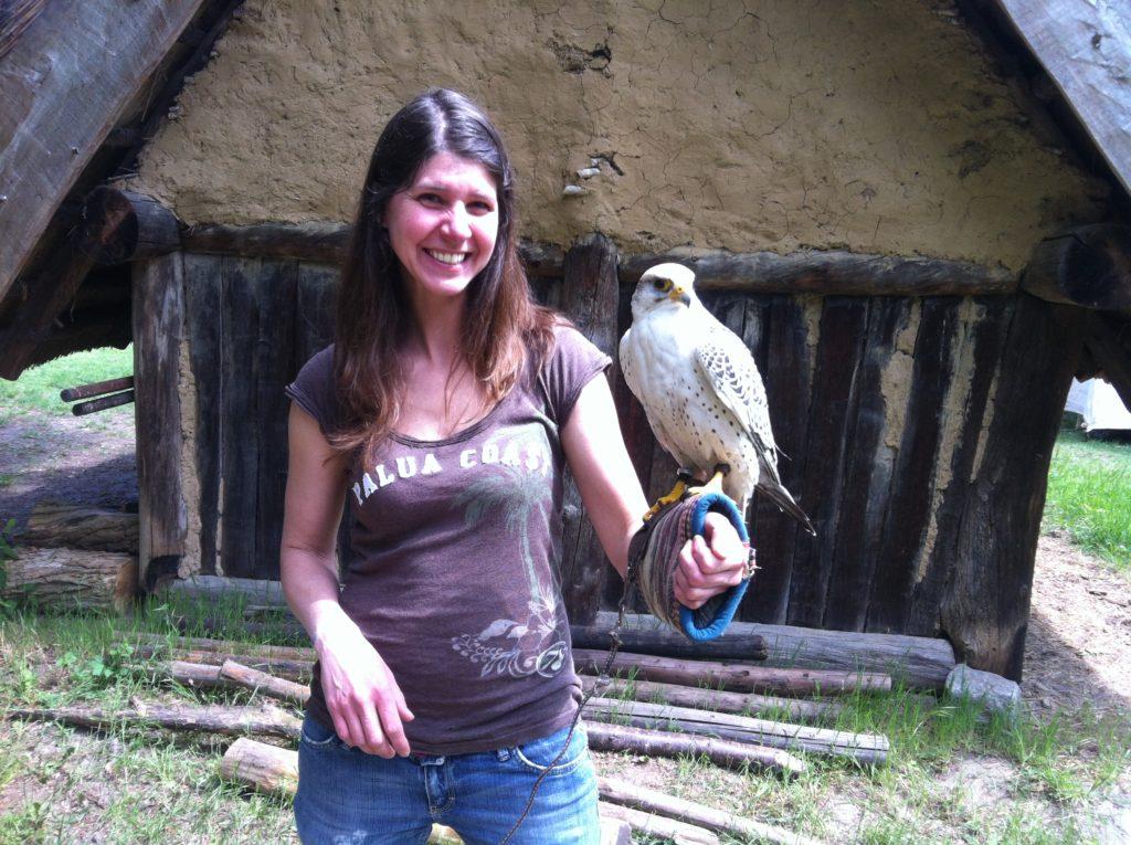 Besuchspfoten Mitarbeiterin Agnes mit Falke