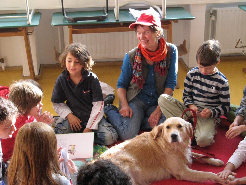 Kinder mit Lesehund