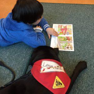 Lesehund mit Kind