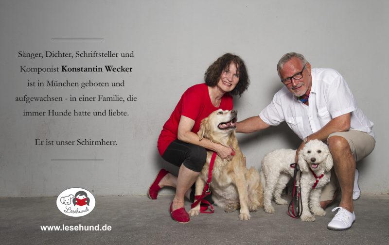 Frau Kim Grobholz des Lesehund Vereins und Schriftsteller Konstantin Wecker mit Lesehunden Tammy und Jenny